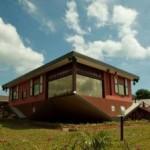 さかさまの家とMango Garden Restaurant